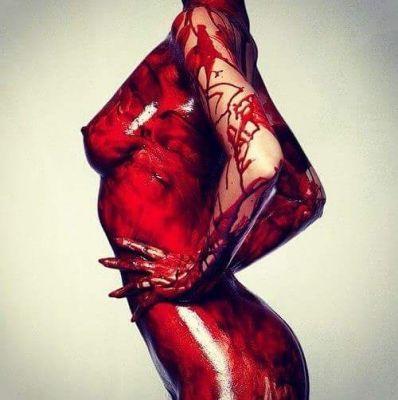 ...De rojo te vez bien, combina con tus ojos y tú piel, de rojo te vez bien, rojo sangre...