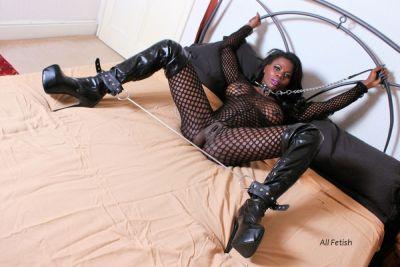 un poco mistress, un poco slave, todos gustos ;)