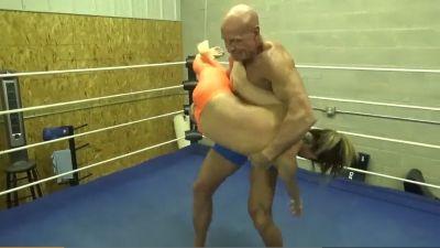 Su sugar daddy paseándola por el ring