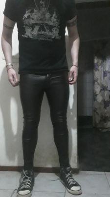 Me encantan los pantalones ajustados de simil cuero